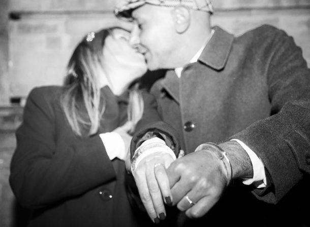 Matrimonio foto sposi con manette