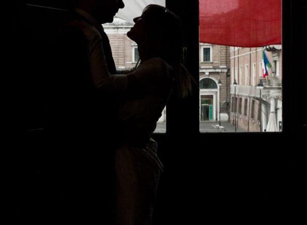 Foto sposi al municipio di Ravenna silhouette